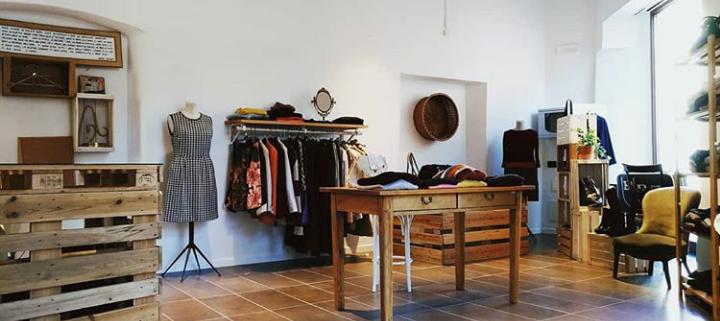 Altr 39 uso negozio vestiti usati a trento altr uso di for Orari negozi trento